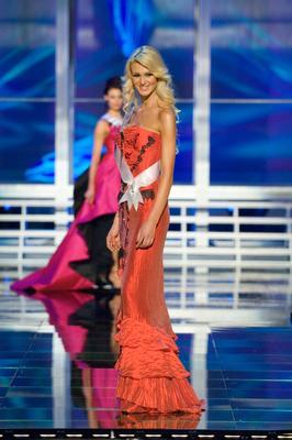 Miss Estonia Viktoria Azovskaja in evening gown