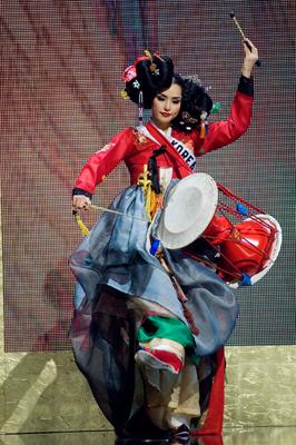 Mis Korea Honey Lee in national costume